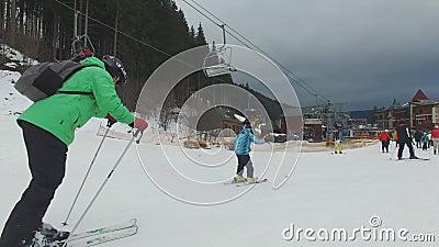Ski Resort #16, esquiadores novos, criança com pai filme