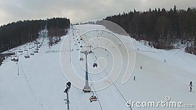 Ski Resort #16, esquiadores, telecadeira, panorama aéreo filme