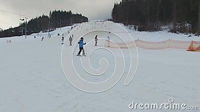 Ski Resort #12, niño joven del esquiador almacen de metraje de vídeo