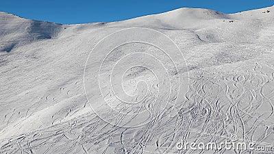 Ski Slope mit frischen Kurven stock footage