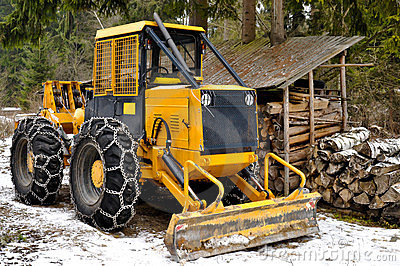 Skidder wheels equipped with snow chains
