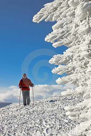 Skifahrer auf die Oberseite des Hügels nahe Eisabbildung
