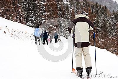 Skifahrer, der zur Familie aufholt