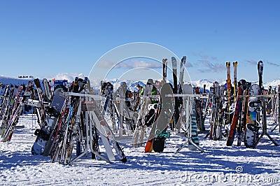Skis und Vorstände Redaktionelles Bild
