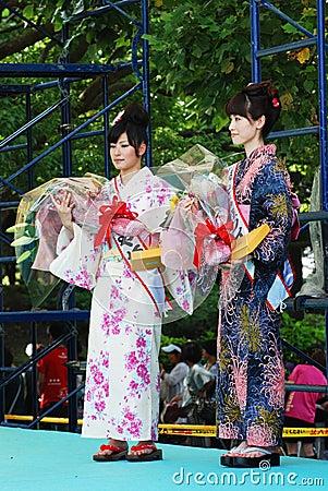 Skönhetkvinna för Miss Fuji på huvudetappshowen Redaktionell Fotografering för Bildbyråer