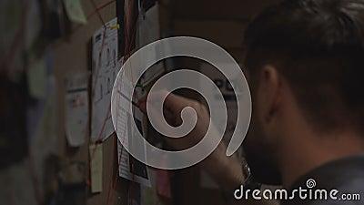 Skoncentrowanego detektywistycznego ocechowania kryminalni wydarzenia z na pokładzie czerwień sznurka, połączenia zbiory wideo