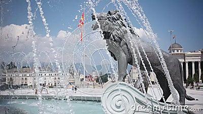 SKOPJE MACEDONIA - LUGLIO 2015: Statue del leone sotto il monumento di Alessandro Magno Skopje - in Macedonia, stock footage