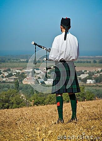 Skotsk säckpipeblåsare i likformig Redaktionell Fotografering för Bildbyråer