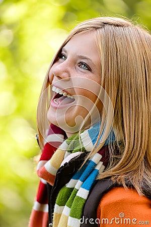 Skratta bekymmerslös höst för blond ung flickanatur