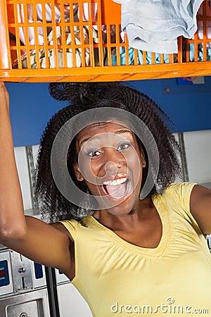 Skrikig bärande överlastad korg för kvinna