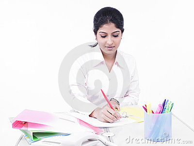 Skrivbord henne kontorskvinnaworking