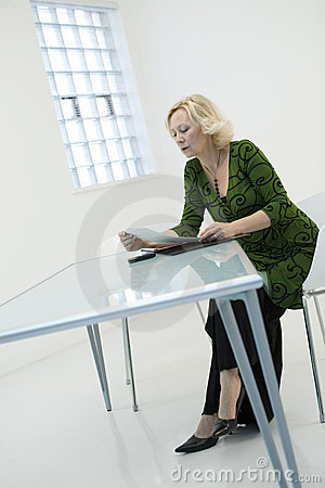 Skrivbordsarbeteavläsningskvinna