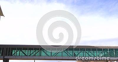 Skybridge между 2 строя с идти людей видеоматериал