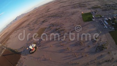 Skydiver, der über Sand von Arizona mit Fallschirm abspringt horizont adrenaline landung stock footage