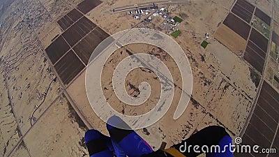 Skydiver, der in bewölkten grauen Himmel mit Fallschirm abspringt extrem adrenaline Über Arizona stock footage