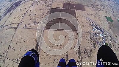 Skydiver, der in bewölkten grauen Himmel mit Fallschirm abspringt extrem adrenaline Über Arizona stock video footage