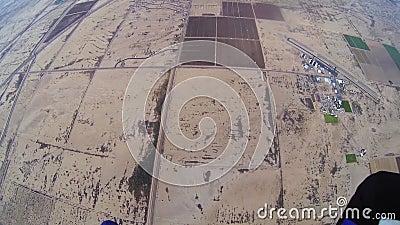 Skydiver, der in bewölkten grauen Himmel mit Fallschirm abspringt extrem adrenaline arizona stock footage