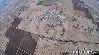 Skydiver, der in bewölkten grauen Himmel mit Fallschirm abspringt landschaft adrenaline Über Arizona stock video