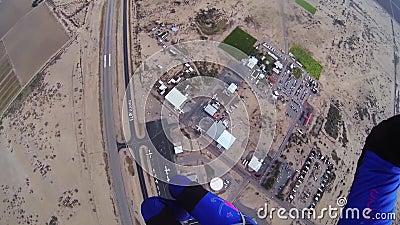 Skydiver, der in blauen Himmel mit Fallschirm abspringt Extremer Sport adrenaline Über Arizona stock video footage