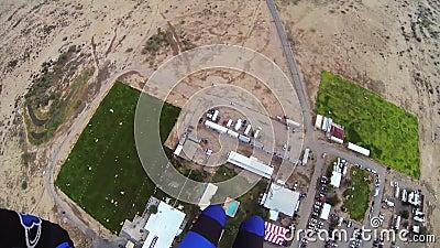 Skydiver, der in Himmel mit Fallschirm abspringt Extremer Sport adrenaline Über Arizona landung stock video footage