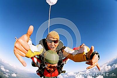 Skydiver que da los pulgares para arriba