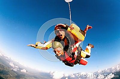 Skydivers achter elkaar in actie