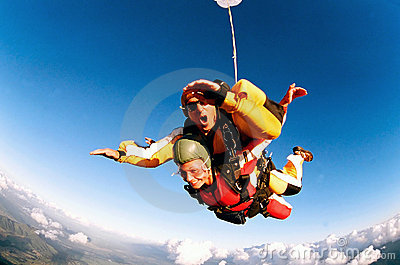 Skydivers em tandem na ação
