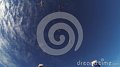 Skydivers springen vom Flugzeug, das in blauen Himmel fällt adrenaline Sommer extrem stock footage