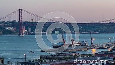 Skyline över Lissabons kommersiella hamn dag till natt, 25 april Brygga, containrar på pier med fraktkranar lager videofilmer