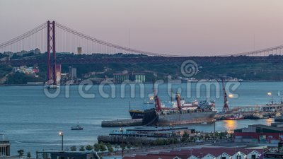 Skyline über Lissabon Handelshafen Tag-zu-Nacht-Zeit, 25. April Brücke, Container auf Pier mit Frachtkranen stock video footage
