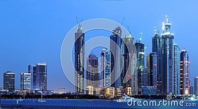 Skyline da noite da cidade de Dubai