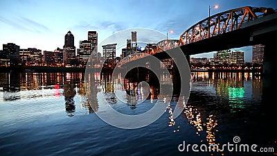 A skyline do centro da cidade de Portland Oregon ao longo do rio de Willamette com Hawthorne Bridge e a hora azul molham as ondin filme