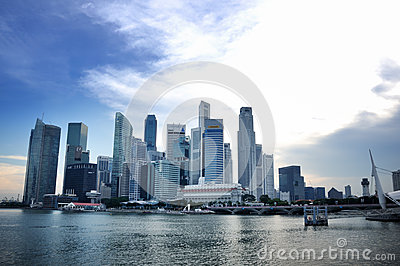 Skyline do distrito financeiro de Singapore Foto Editorial