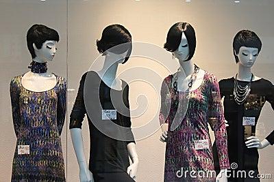 Skyltdockor i klänningar Redaktionell Fotografering för Bildbyråer