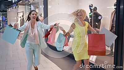 Skynda sig upp på shoppingrabatter, den galna shopaholicsen rusar till försäljningen i moderiktigt lager på svarta fredag