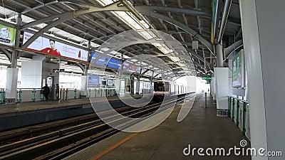 Skytrain alla strada Bangjak, Phra Kanok, Bangkok, Tailandia di Sukhumvit della stazione di Bangjak stock footage
