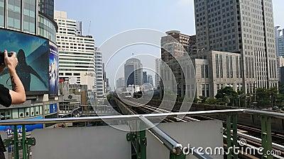 Skytrain alla strada Bangjak, Phra Kanok, Bangkok, Tailandia di Sukhumvit della stazione di Bangjak video d archivio