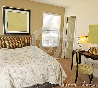 Slaapkamer met bureau en schemerlamp stock foto 39 s afbeelding 9519073 - Beeld decoratie slaapkamer ...