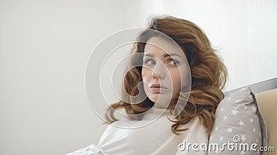 Slaperige vrouwenontwaken scherp in bed Geschokte dame die na slechte droom terugkrijgen stock footage
