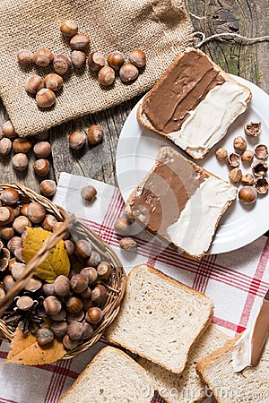 Free Sliced Bread In Plate With Chocolate Cream And Nuts Stock Photography - 103631972