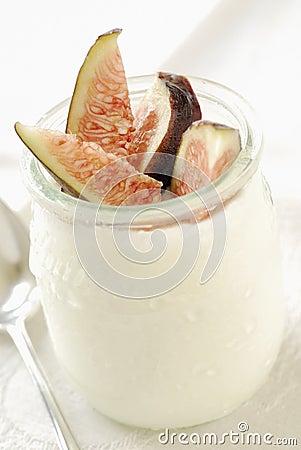 Sliced fig with plain yoghurt