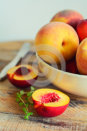 Free Sliced Juicy Peach In Dish Royalty Free Stock Photos - 33494188