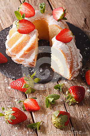 Free Sliced Pound Cake With Fresh Mint And Strawberries Close-up. Ver Stock Photos - 88036643