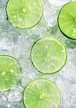 Free Slices Of Green Limes Over Crushed Ice Cubes Royalty Free Stock Photos - 31644158