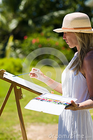 Free Slim Painter Woman In White Dress And Hat In Tropical Environment Royalty Free Stock Images - 69021729