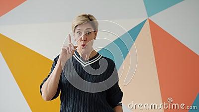 Slimme dame geïnspireerd door een cool idee om je vinger thuis gelukkig en creatief te voelen stock footage