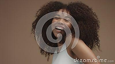 Slowmotion stående för Closeup av laughinsvarta kvinnan med lockigt hår