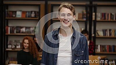 Sluit het portret af van een aantrekkelijke jonge man die lacht terwijl hij geniet van een succesvolle levensstijl en een vrolijk stock footage