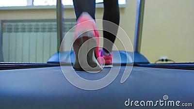 Sluit omhoog de benen van de vrouw in roze tennisschoenen op a stock video