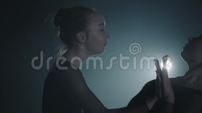 Sluit omhoog portret twee bevallige professionele ballerina's dansende elementen van klassiek ballet in dark Balletdansers stock footage
